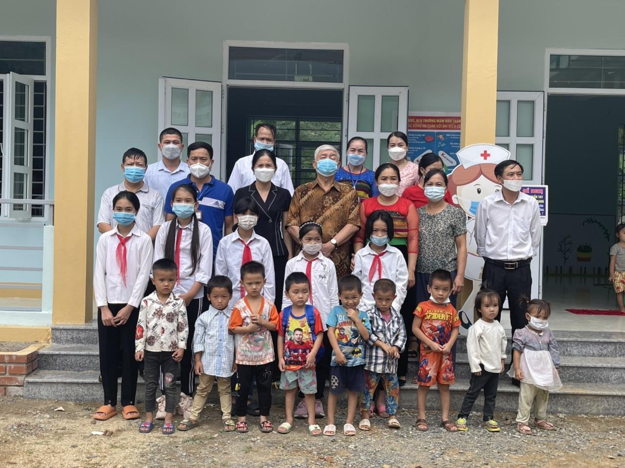 Ông Vương Văn Việt, Chủ tịch Hội Khuyến học Thanh Hóa, cùng với lãnh đạo huyện Quan Hóa và đơn vị thi công, chụp ảnh lưu niệm với nhà trường tại lễ bàn giao