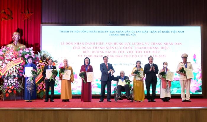 Lãnh đạo Thành phố Hà Nội trao danh hiệu Công dân Thủ đô ưu tú năm 2021 cho các cá nhân.