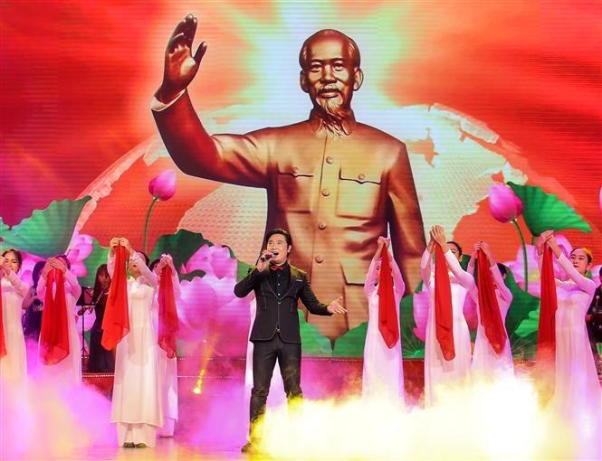 """Ca khúc """"Người là niềm tin tất thắng"""" với sự thể hiện của ca sĩ Trọng Hùng cùng đoàn múa. Ảnh: Tuấn Đức/TTXVN"""