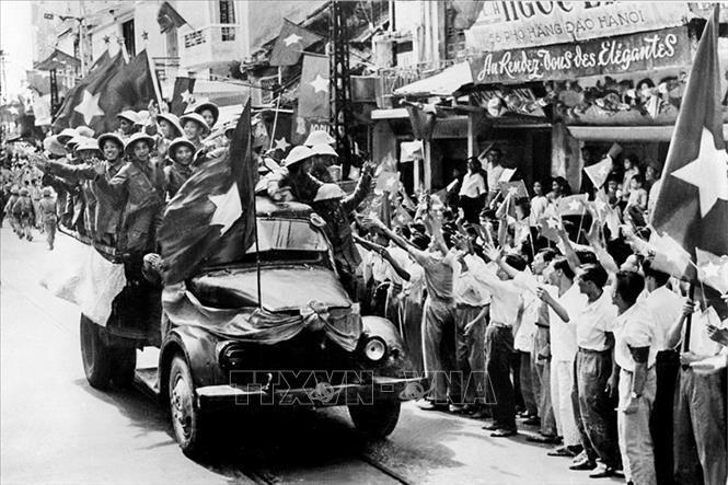 Sáng 10/10/1954, các cánh quân của Quân đội nhân dân Việt Nam từ các cửa ô tiến vào tiếp quản Thủ đô được giải phóng trong rừng cờ hoa đón chào của 20 vạn người dân Hà Nội. Ảnh: Tư liệu TTXVN