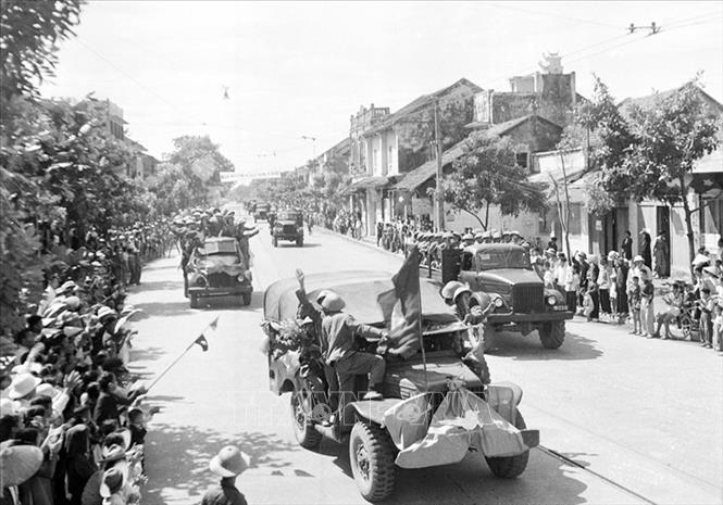 Các đơn vị cơ giới của Đại đoàn 308 tiến vào Thủ đô trên đường Kim Mã, sáng 10/10/1954. Ảnh: Tư liệu TTXVN