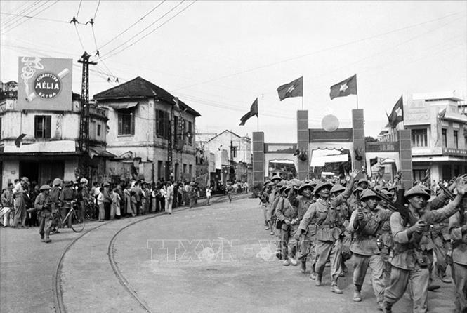 Cánh bộ binh của Trung đoàn Thủ đô, Đại đoàn 308 tiến vào khu vực Cửa Nam, sáng 10/10/1954. Ảnh: Tư liệu TTXVN