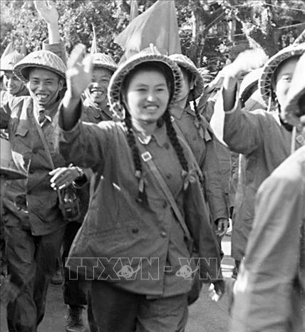 Các nữ chiến sỹ quân y vẫy chào nhân dân trong ngày về giải phóng Thủ đô. Ảnh: Tư liệu TTXVN