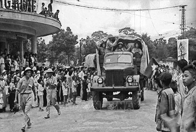Các đơn vị bộ đội thuộc Đại đoàn 308 tiến vào khu vực ngã năm Bờ Hồ (nay là quảng trường Đông Kinh Nghĩa Thục), sáng 10/10/1954 trong tiếng reo vui của hàng vạn người dân Thủ đô. Ảnh: Tư liệu TTXVN