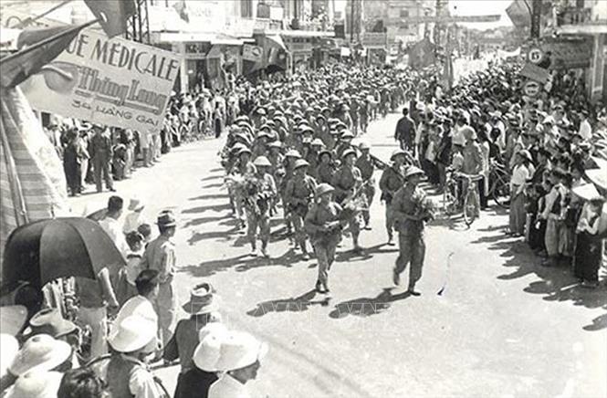 Các chiến sĩ bộ binh của Trung đoàn Thủ đô, Đại đoàn 308 trên đường phố Thủ đô, sáng 10/10/1954. Ảnh: Tư liệu TTXVN