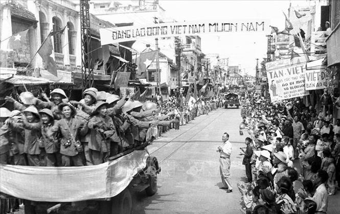 Đoàn xe chở các chiến sỹ Đại đoàn 308 tiến qua phố Hàng Đào, sáng 10/10/1954 trong niềm hân hoan chào đón của hàng vạn người dân. Ảnh: Tư liệu TTXVN