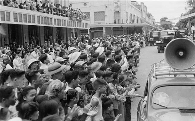 Hàng vạn người dân Hà Nội tràn ra đường chào đón đoàn quân chiến thắng về giải phóng Thủ đô. Ảnh: Tư liệu TTXVN