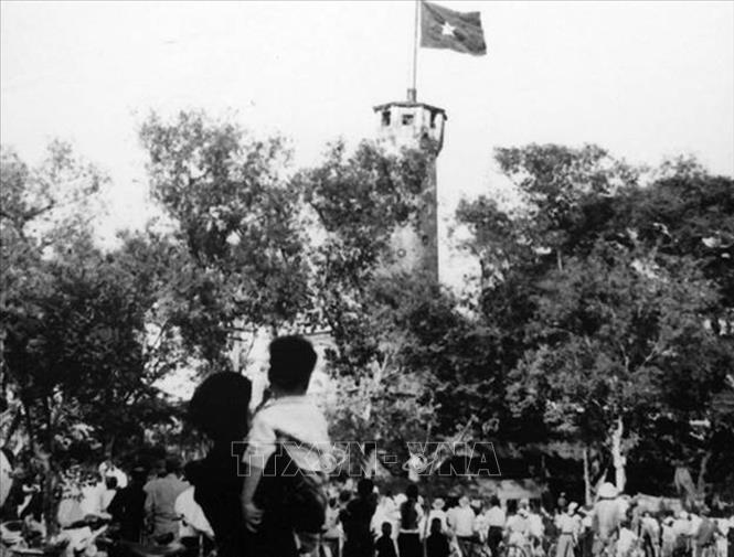 Người dân hân hoan hướng về lá quốc kỳ tung bay trên Cột cờ Hà Nội trong ngày Thủ đô được giải phóng, ngày 10/10/1954. Ảnh: Tư liệu/TTXVN