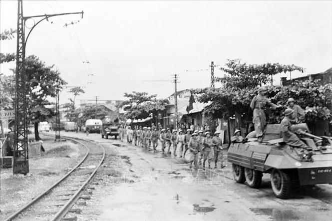 Sáng 9/10/1954, Quân đội nhân dân Việt Nam theo nhiều đường, từ ngoại thành tiến vào tiếp quản Hà Nội. Trong ảnh: Quân Pháp rút đến đâu, Trung đoàn Thủ đô từ ô Cầu Giấy tiến vào tiếp quản đến đó. Ảnh: Tư liệu TTXVN