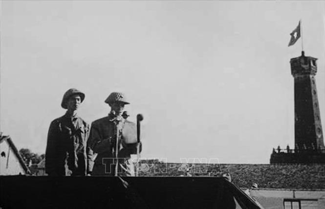 Thiếu tướng Vương Thừa Vũ, Tư lệnh Đại đoàn 308, Chủ tịch Ủy ban Quân chính thành phố đọc Lời kêu gọi của Chủ tịch Hồ Chí Minh gửi đồng bào Thủ đô, tại Lễ chào cờ đầu tiên trong Ngày giải phóng Hà Nội, diễn ra tại sân Cột Cờ (nay là Đoan Môn - Hoàng thành Thăng Long) vào lúc 15 giờ ngày 10/10/1954. Ảnh: Tư liệu/TTXVN