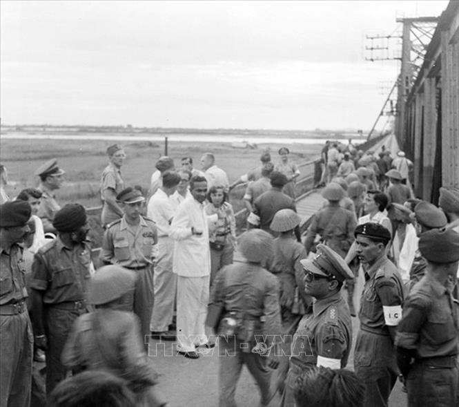 Một đơn vị bộ đội ta qua cầu Long Biên vào tiếp quản Hà Nội trước sự chứng kiến của đoàn Ủy ban quốc tế thi hành Hiệp định Geneva và quan sát viên quốc tế, chiều 9/10/1954. Ảnh: Tư liệu TTXVN
