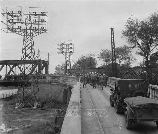 Từ sáng 9/10, quân Pháp bắt đầu rút khỏi Hà Nội. Quân Pháp rút đến đâu, bộ đội ta tiến vào tiếp quản tới đó. Đúng 16h30 ngày 9/10/1954, người lính Pháp cuối cùng rút hết qua cầu Long Biên, quân ta hoàn toàn kiểm soát thành phố. Trong ảnh: Những người lính Pháp cuối cùng rút qua cầu Long Biên để xuống Hải Phòng, chiều 9/10/1954. Ảnh: Tư liệu TTXVN