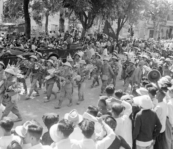 Cánh quân phía Nam, thuộc hai Trung đoàn 88 và 36 của Đại đoàn 308 tiến qua phố Bạch Mai, phố Huế… vào tiếp quản Thủ đô, sáng 10/10/1954. Ảnh: Tư liệu TTXVN
