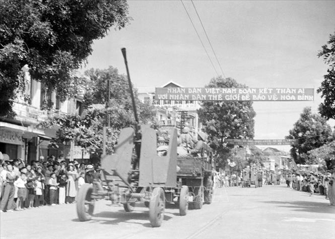 Các đơn vị cơ giới của Đại đoàn 308 tiến về tiếp quản Thủ đô, sáng 10/10/1954. Ảnh: Tư liệu TTXVN