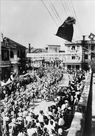 Các đơn vị bộ binh của Đại đoàn 308 tiến qua phố Hàng Gai vào Thủ đô, sáng 10/10/1954. Ảnh: Tư liệu TTXVN