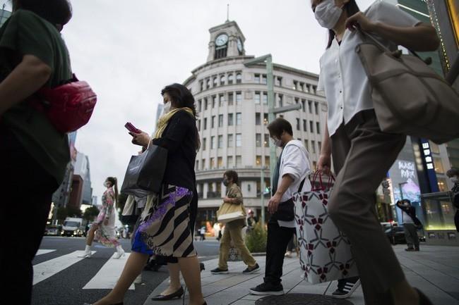 Người mua sắm đeo khẩu trang tại khu Ginza (Ảnh: AP)