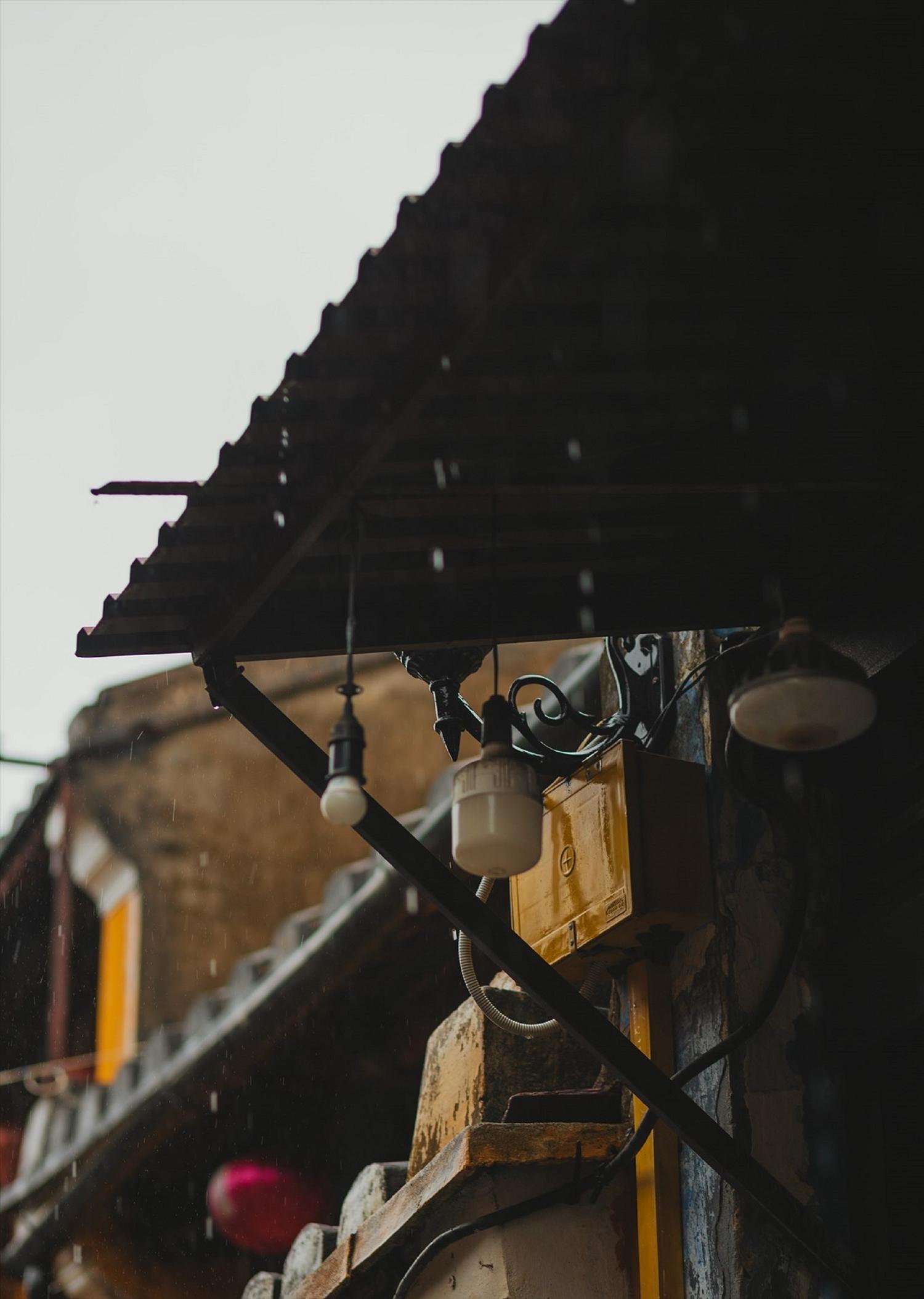 Vẻ đẹp của phố cổ trong cơn mưa, những mái cổ rêu phong mang nét buồn man mác