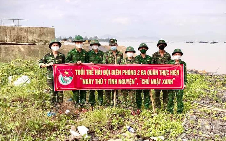 Chiến sĩ Hải Đội 2 (BĐBP Đà Nẵng) thu gom rác thải nhựa