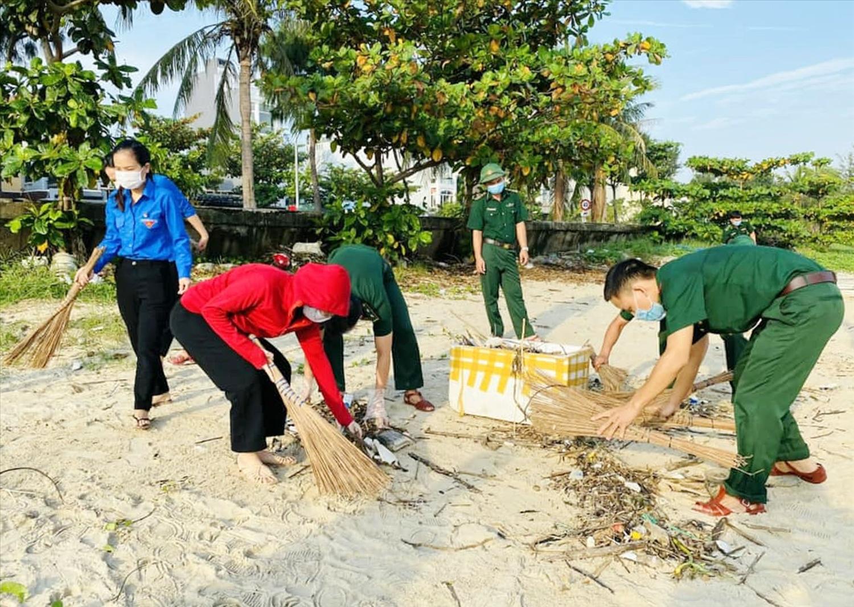 Cán bộ, chiến sĩ Đồn biên phòng Phú Lộc cùng các đoàn viên phường Thanh Khê Tây (quận Thanh Khê, Đà Nẵng) chung tay làm sạch biển