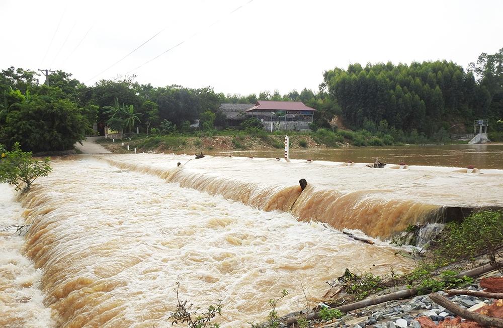 Hiện nay mực nước tại các sông suối đang lên nhanh, nguy cơ xảy ra lũ quét, sạt lở đất tại nhiều huyện của tỉnh Yên Bái