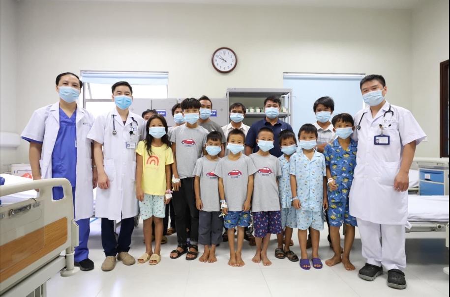 Các em nhỏ ở Yên Bái chụp ảnh lưu niệm cùng các bác sĩ trước khi được xuất viện. (Ảnh Bệnh viện Nhi Trung ương cung cấp)