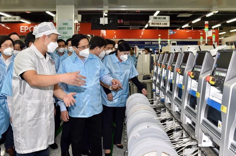 Thủ tướng Phạm Minh Chính tham quan dây chuyền sản xuất Công ty TNHH Samsung Electronics Việt Nam Thái Nguyên.
