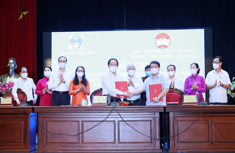 Bộ trưởng, Chủ nhệm UBDT Hầu A Lềnh và Phó Chủ tịch, Tổng thư ký Ủy ban Trung ương MTTQ Việt Nam Lê Tiến Châu ký kết Chương trình phối hợp công tác giữa hai đơn vị giai đoạn 2021-2025
