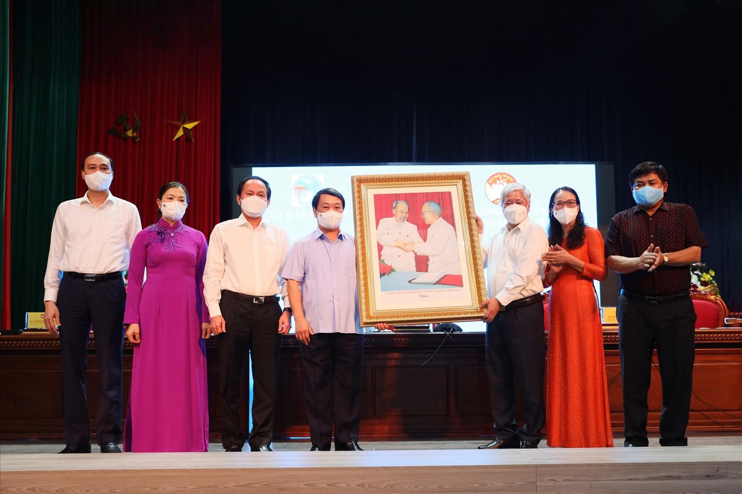 Bí thư Trung ương Đảng, Chủ tịch Ủy ban Trung ương MTTQ Việt Nam Đỗ Văn Chiến tặng quà lưu niệm cho UBDT