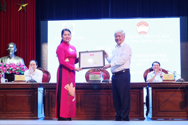 Bí thư Trung ương Đảng, Chủ tịch Ủy ban Trung ương MTTQ Việt Nam Đỗ Văn Chiến trao tặng Bằng khen cho Vụ Tuyên truyền (UBDT)