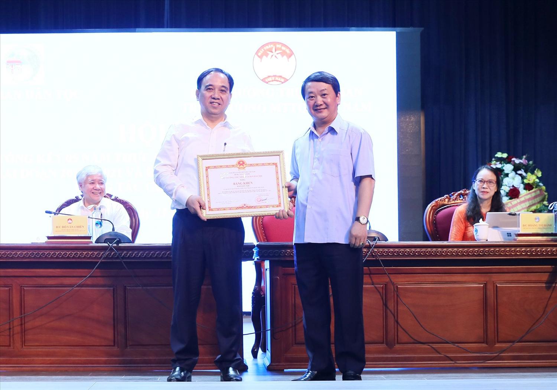 Bộ trưởng, Chủ nhiệm UBDT Hầu A Lềnh tặng Bằng khen cho Ban Dân tộc (Ủy ban Trung ương MTTQ Việt Nam)