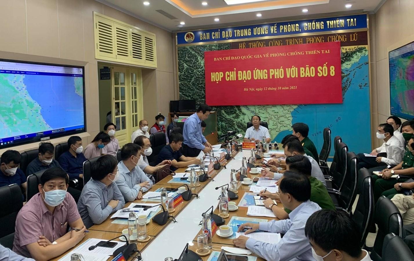 Phó Thủ tướng Lê Văn Thành chủ trì cuộc họp của Ban Chỉ đạo Quốc gia phòng chống thiên tai về ứng phó bão số 8. Ảnh VGP/Đức Tuân