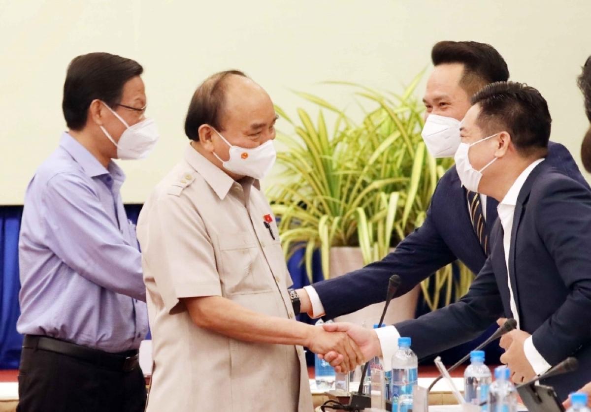 Chủ tịch nước Nguyễn Xuân Phúc gặp gỡ các đại biểu đại diện cho hơn 10.000 doanh nhân của Hội Doanh nhân trẻ Việt Nam.