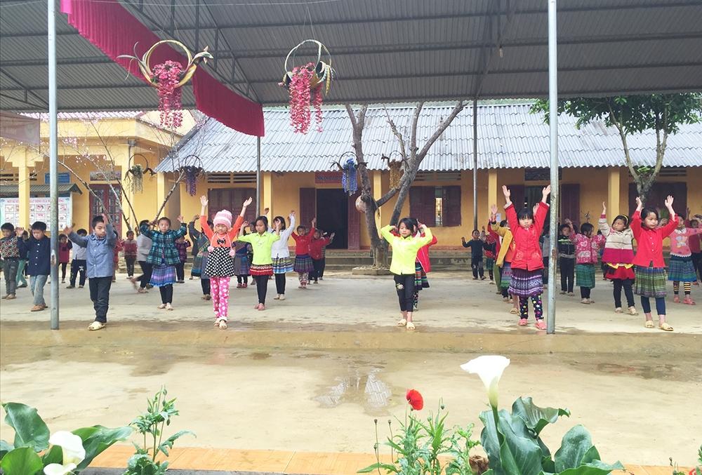 Việc học bán trú góp phần nâng cao chất lượng với các em học sinh vùng cao Si Ma Cai. (Ảnh chụp trước ngày 27/4/2021)