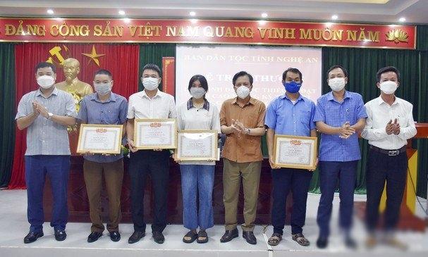 Trao thưởng cho học sinh đạt điểm cao tại huyện Tương Dương