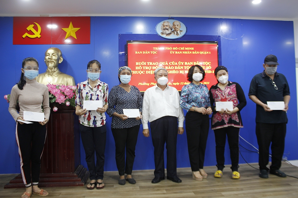 Đại diện Ban Dân tộc TP. Hồ Chí Minh và lãnh đạo quận 1 trao quà cho đồng bào DTTS thuộc diện hộ nghèo bị nhiễm Covid-19 tại phường Phạm Ngũ Lão, quận 1