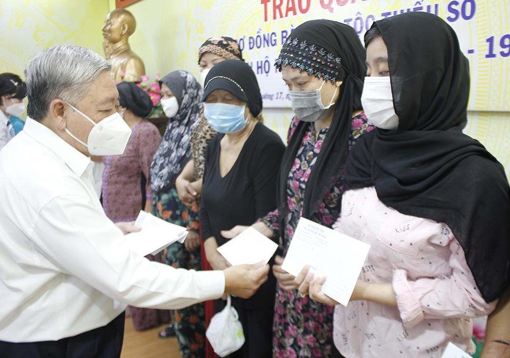 Ông Đinh Văn Hòa, Phó trưởng Ban Dân tộc TP. Hồ Chí Minh trao quà cho đồng bào DTTS thuộc diện hộ nghèo bị nhiễm Covid-19 tại quận 3