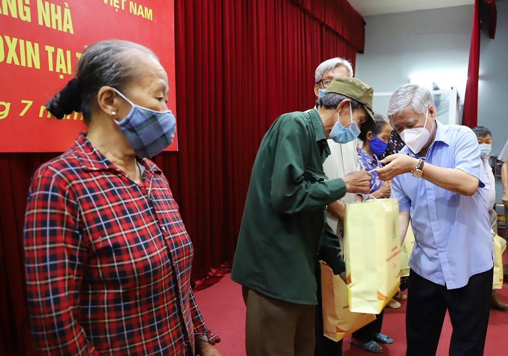 Bí thư Trung ương Đảng, Chủ tịch Ủy ban Trung ương MTTQ Việt Nam Đỗ Văn Chiến trao quà cho nạn nhân chất độc da cam/dioxin có hoàn cảnh khó khăn trên địa bàn TP. Thái Bình (Thái Bình)