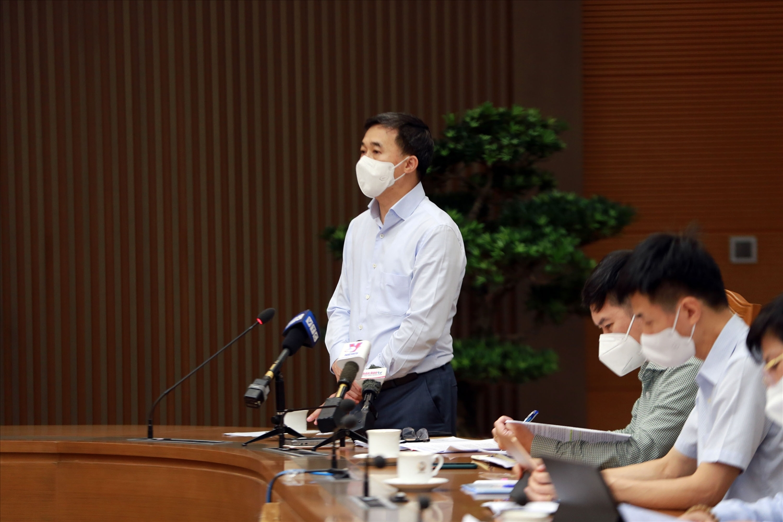 Thứ trưởng Bộ Y tế Trần Văn Thuấn cho biết, Bộ đang xây dựng tiêu chí, tiêu chuẩn cụ thể để phục vụ việc cấp phép cho vaccine phòng COVID-19. Ảnh: VGP/Đình Nam
