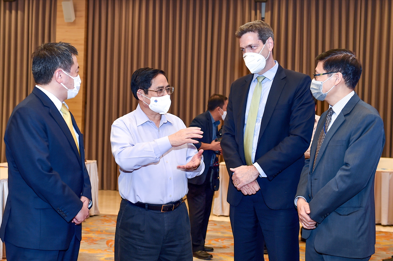 Thủ tướng Phạm Minh Chính trao đổi với các đại biểu dự Hội thảo - Ảnh: VGP/Nhật Bắc