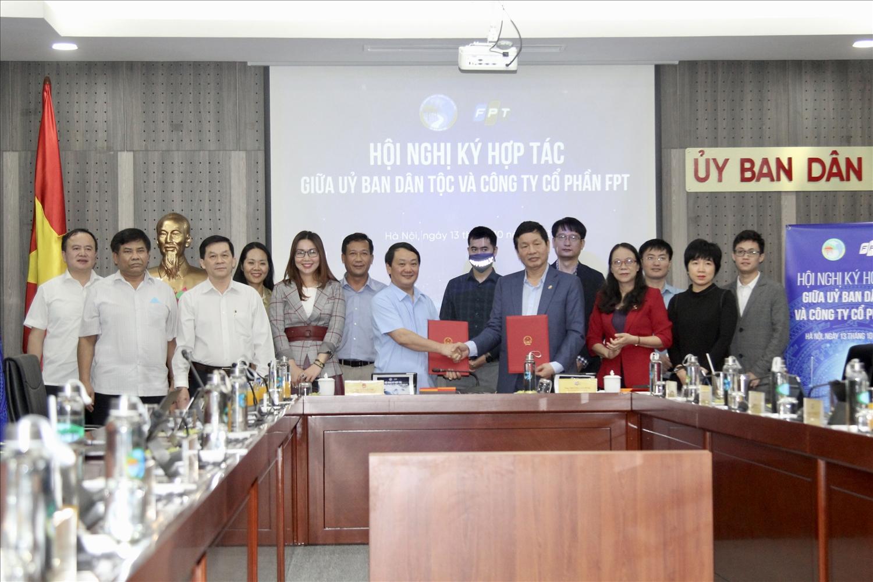 Bộ trưởng, Chủ nhiệm UBDT Hầu A Lềnh và Chủ tịch HĐQT Tập đoàn FPT Trương Gia Bình ký kết biên bản hợp tác