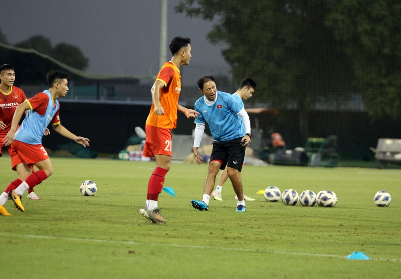 Trợ lý Kim Han-yoon liên tục đốc thúc các cầu thủ trên sân tập. (Ảnh: VFF)