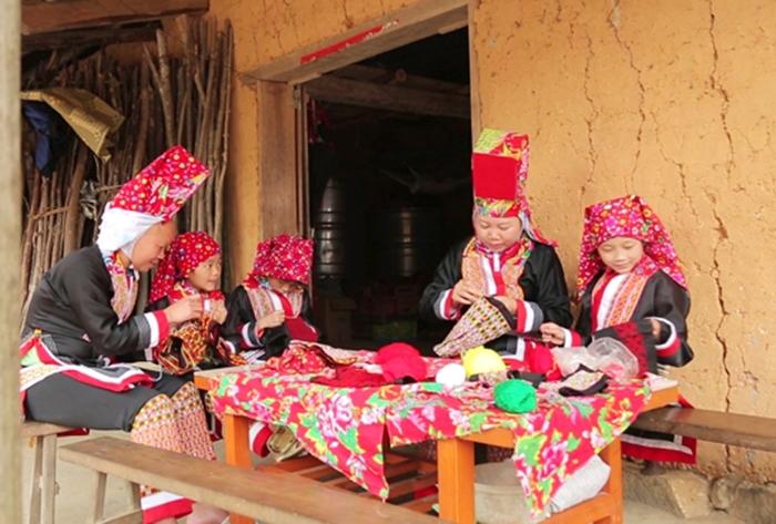 """Cô giáo """"3 giỏi"""" Lý Thị Hạnh (thứ hai từ phải qua) đã góp công lớn trong việc giữ gìn và bảo tồn văn hóa dân tộc Dao tại huyện Bình Liêu, tỉnh Quảng Ninh. (Ảnh chụp trước ngày 27/4/2021)"""