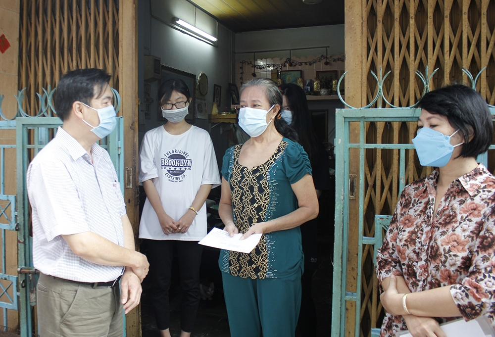 Đoàn Trao quà cho chị Trần Mỹ Linh vợ anh Tăng Cẩm Bình (đã mất vì Covid-19). Gia đình có 5 người nhiễm bệnh, 2 lao động chính đã không qua khỏi