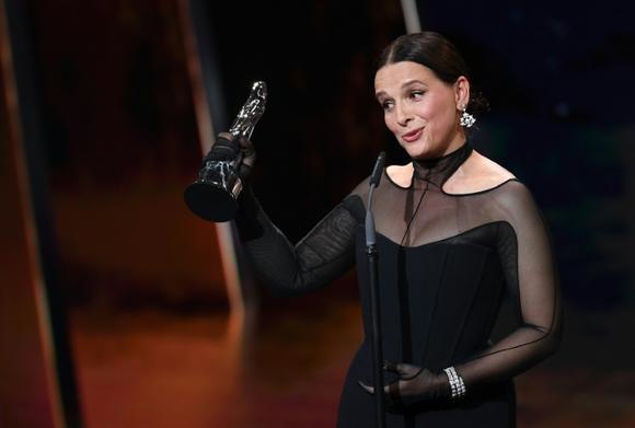 """Người chiến thắng giải thưởng Juliette Binoche (ảnh tháng 12 năm 2019) đảm nhận vai chính trong """"Giữa hai thế giới"""", một khám phá hiện thực về nền kinh tế biểu diễn với dàn diễn viên phần lớn không chuyên nghiệp. Ảnh: AFP"""