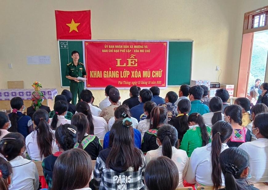 Quang cảnh Lễ khai giảng lớp học xóa mù chữ tại bản Pha Thóng, xã Mường Và (Sốp Cộp, Sơn La).