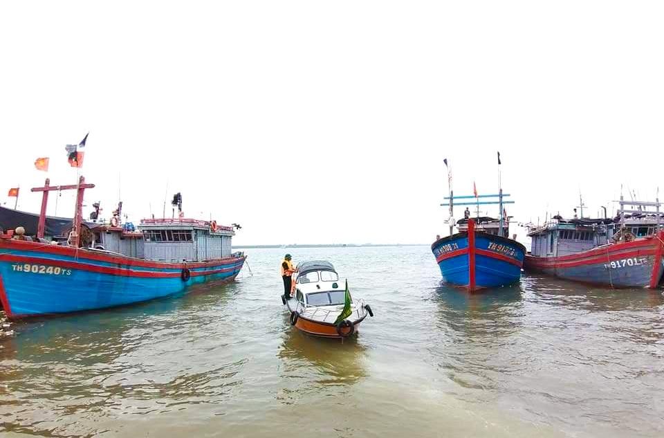 Hình ảnh Bộ đội biên phòng Hoằng Trường yêu cầu các chủ phương tiện nhanh chóng di chuyển lên bờ và vào khu neo đậu an toàn. (ảnh BĐBP Thanh Hóa)