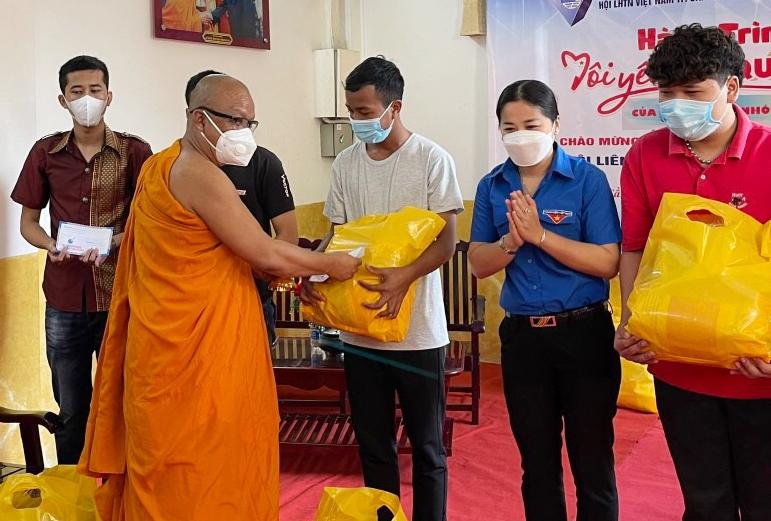 Trao 15 phần quà cho sinh viên đang sống tại các chùa Nam tông Khmer