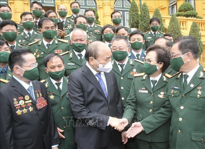 Chủ tịch nước Nguyễn Xuân Phúc với các đại biểu doanh nhân là cựu chiến binh. Ảnh: TTXVN
