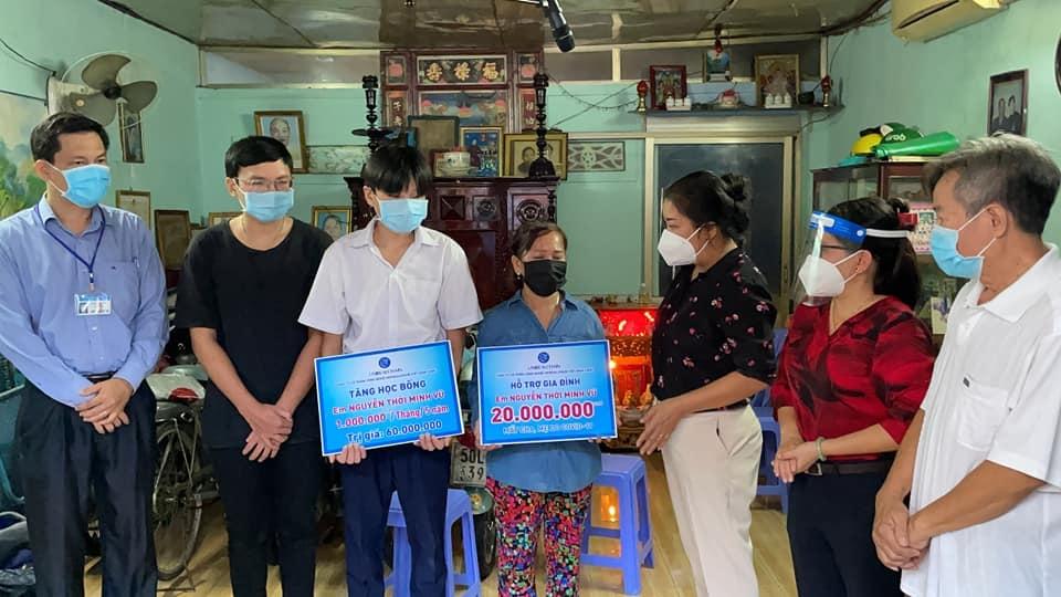 Ủy ban MTTQ quận 8 trao tặng học bổng do nhà hảo tâm tài trợ cho em Nguyễn Thới Minh Vũ (học lớp 8) và tiền hỗ trợ cho gia đình người thân đang nuôi dưỡng em