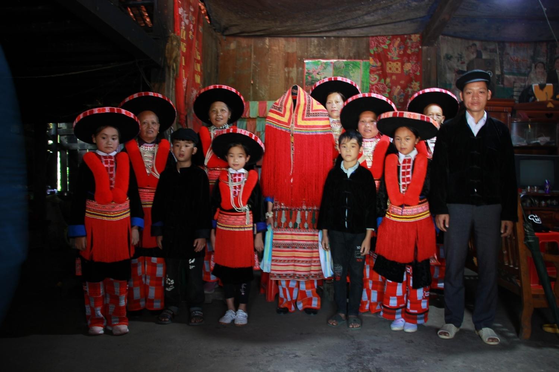 Trang phục truyền thống của cô dâu Dao Đỏ (trùm khăn đứng giữa) ở Cao Bằng